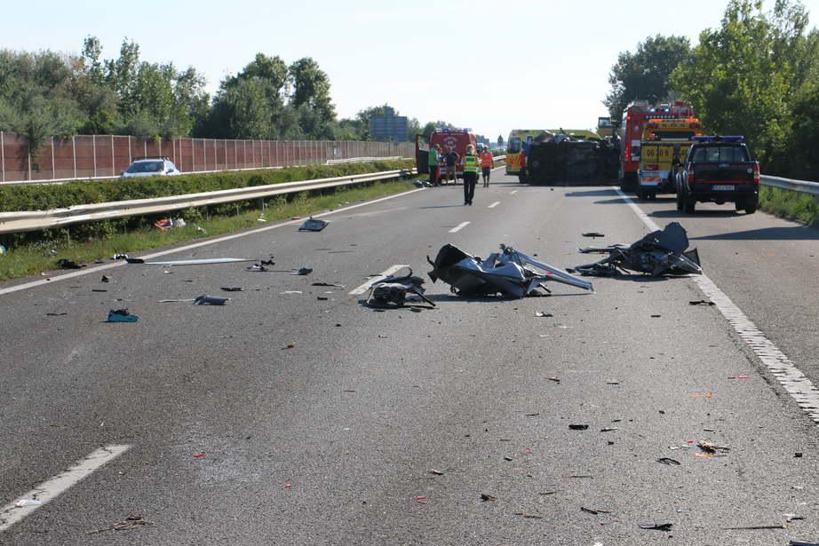 Accident în Ungaria, un microbuz cu români s-a răsturnat pe autostradă. Un mort și 8 răniți